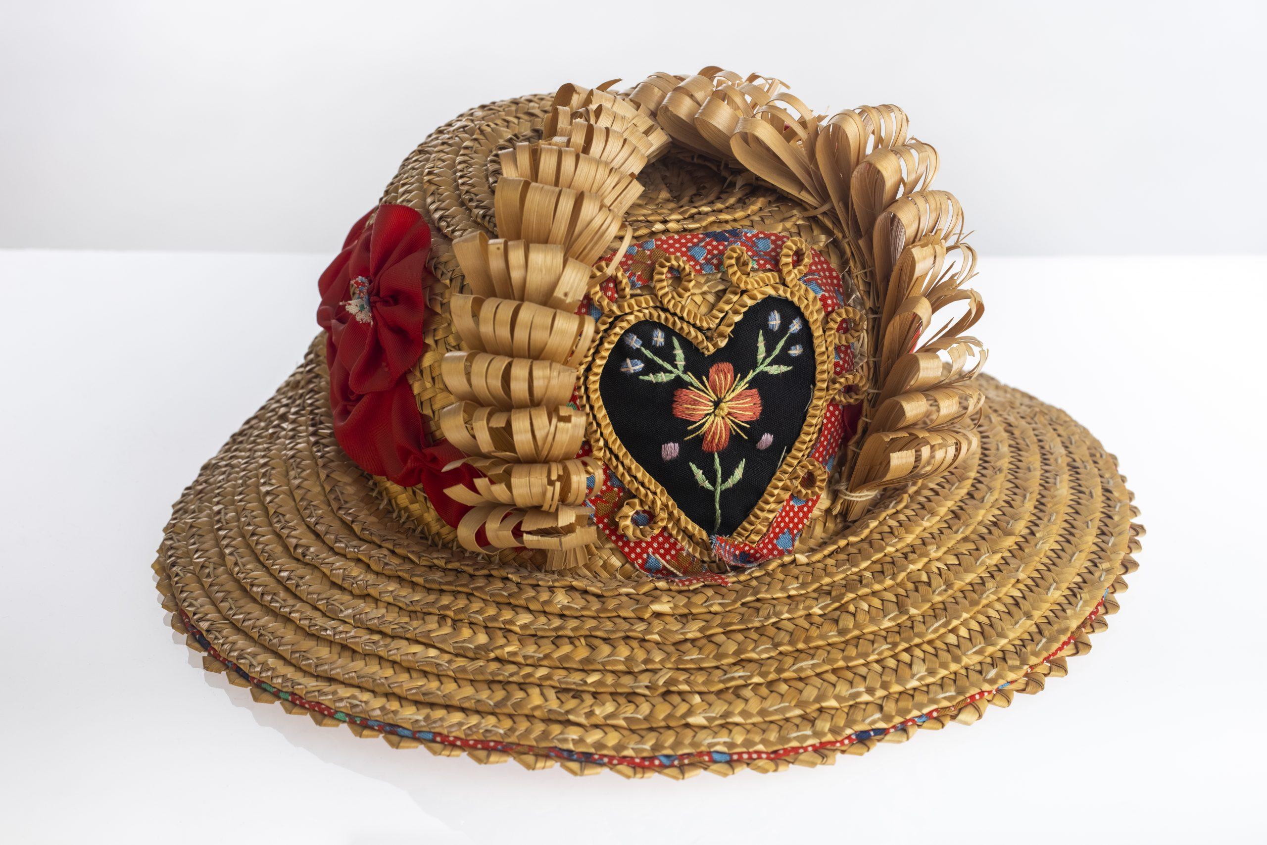 Gorra de paja, NavamojadaNavamojadaTradicional / Popular. Siglo XIX / XX.Paja de centeno/ 16 x 32 Ø máx. cm.Donación de Nicolasa Chapinal[C/83/2/2247]. Sala I