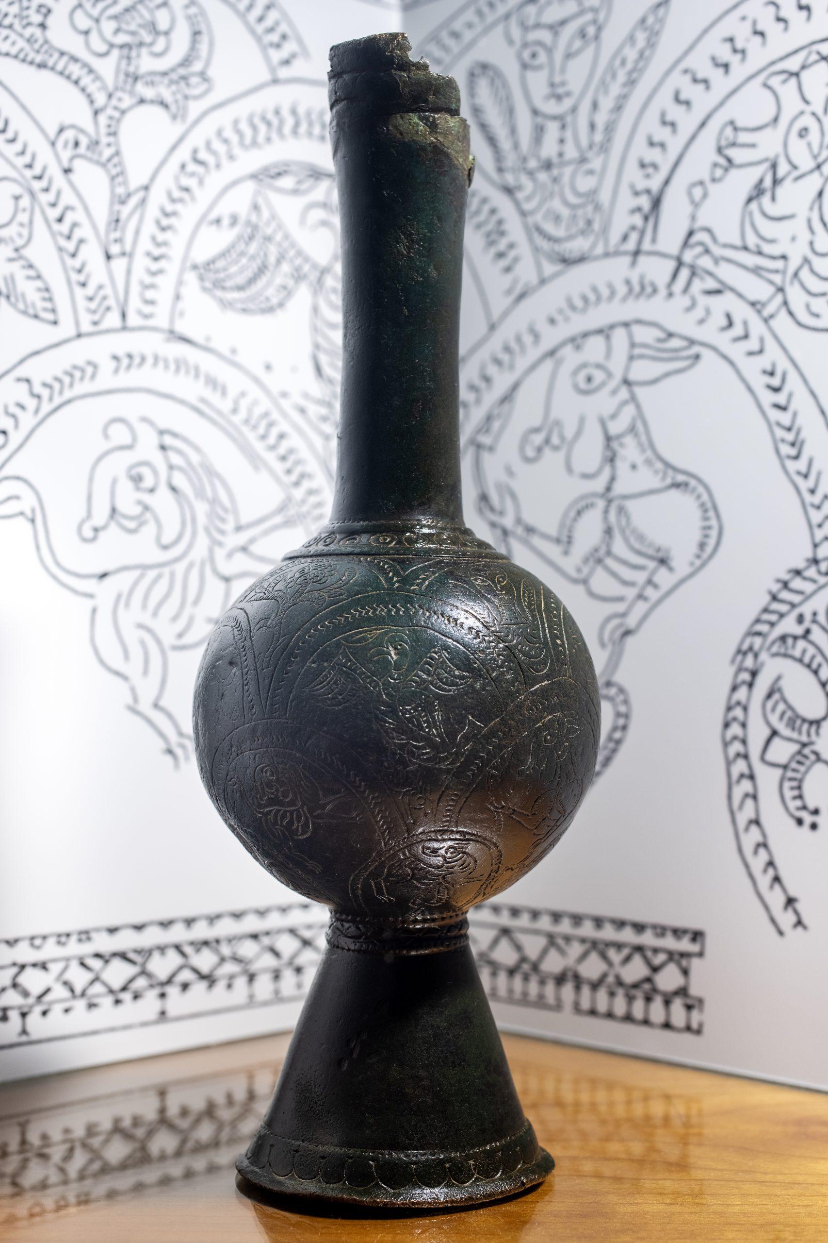 Jarro de BalbardaSan Simones, Balbarda. Mozárabe. Siglo IX. Bronce / 24 x 8 Ø cm. [IM 414] Sala VI.