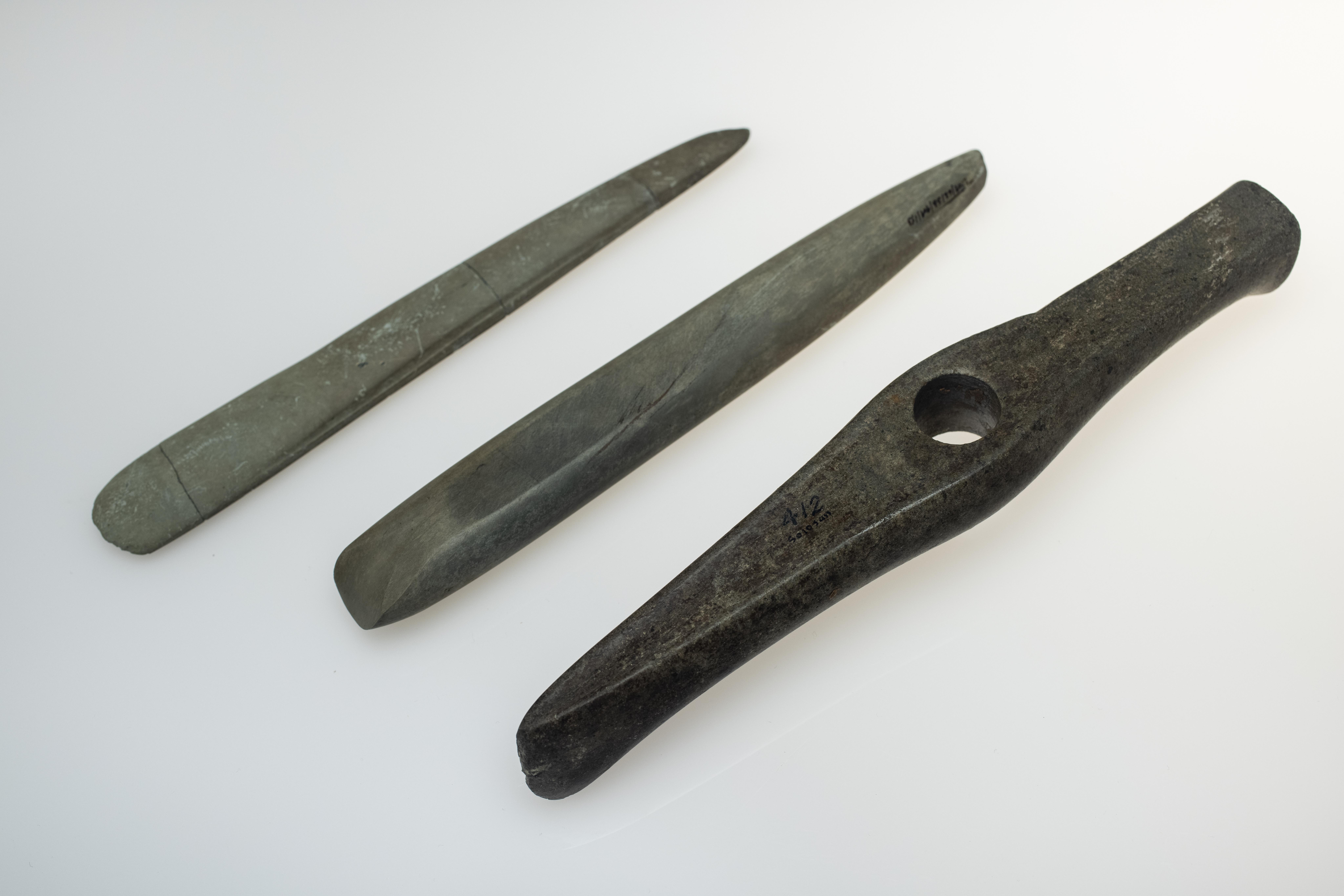 HACHA MARTILLO Y AJUAR, DEHESA DE RÍO FORTESMironcillo.Calcolítico. IV/III Milenio a.C.Piedra pulimentada[IM 412; 01/62 y 02/26/7]. Sala IV.