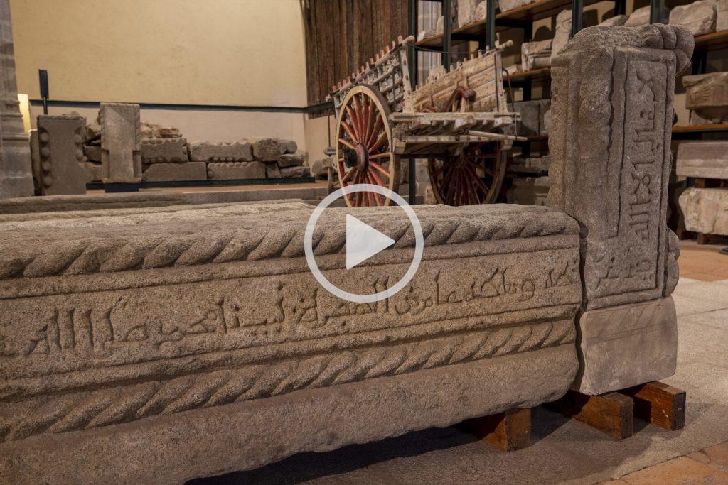 Sepulcro de 'Abd Allāh ibn Yūsuf, el Rico Iglesia de Santiago897 H. = 1492 d.C.Granito / 53 x 164 x 39 / 78 x 38 x 17 (89/20/4/2y 3). Almacén Visitable de Santo Tomé
