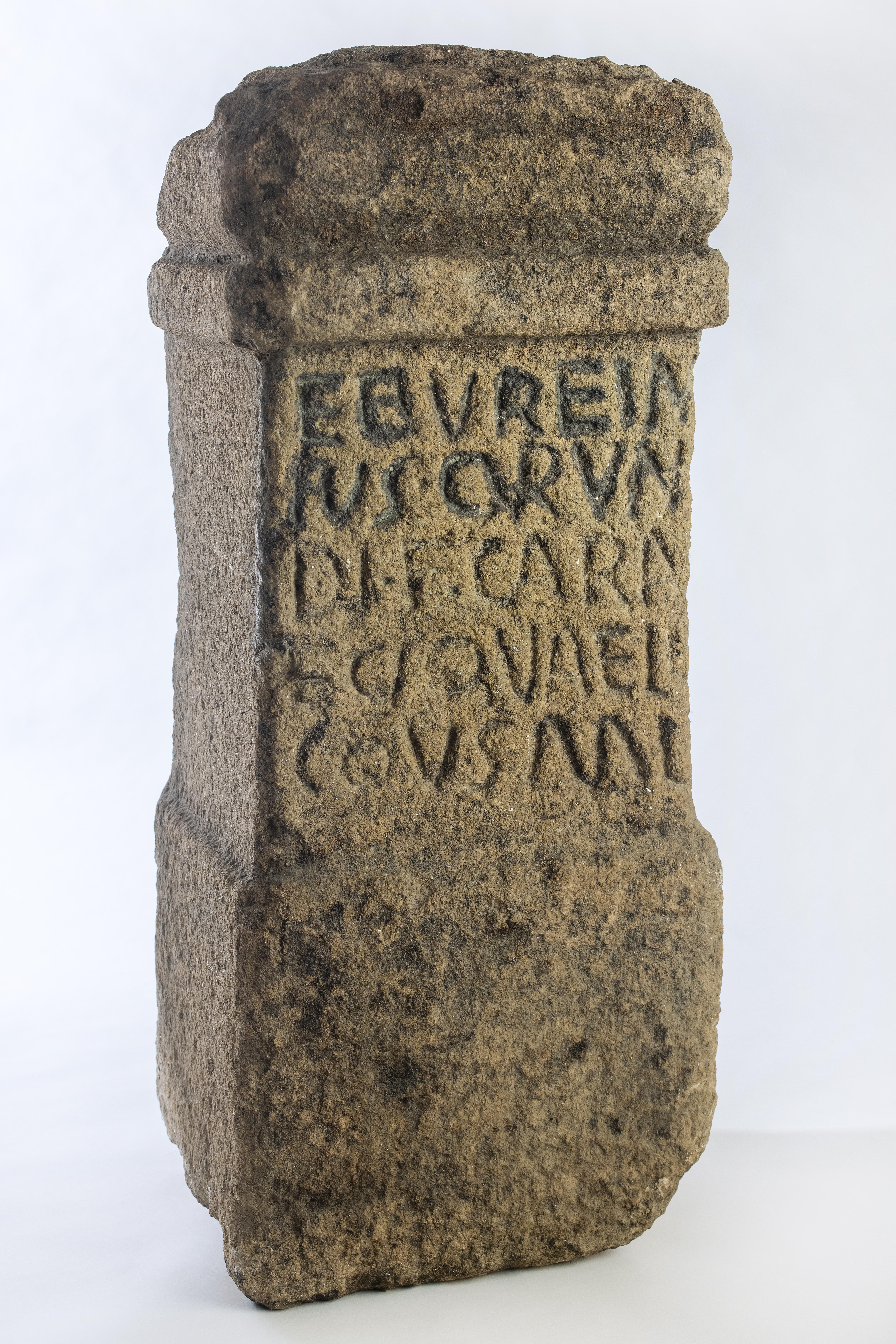 ARA DE POSTOLOBOSOPostoloboso, Candeleda.Roma. Siglo II/III d.c.Granito / 86 x 35 x 30 cm.[71/16/4]. Sala V.